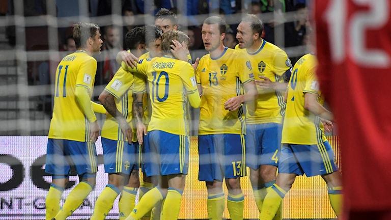 Emil Forsberg klappas om efter 1-0-målet.
