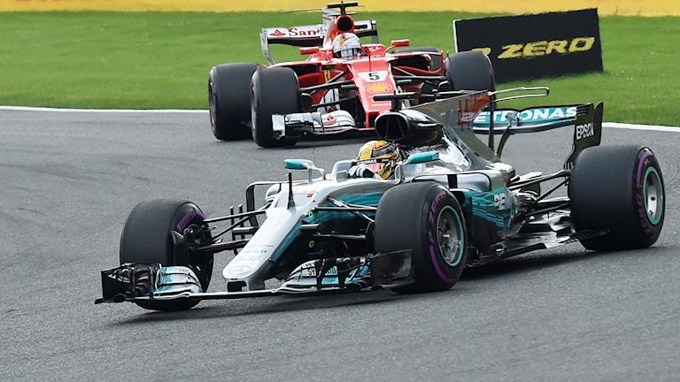 Mercedes Lewis Hamilton vann en dramatisk duell med Ferraris Sebastian Vettel på Spa i Belgien.