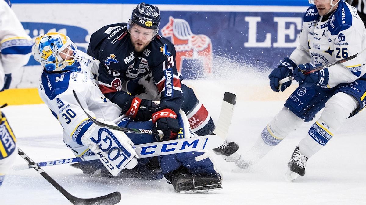 Linköpings Andrew Gordon kör över Leksands målvakt Janne Juvonen.