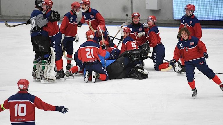 Norge firar kvartsfinalsegern över Kazakstan i bandy-VM.