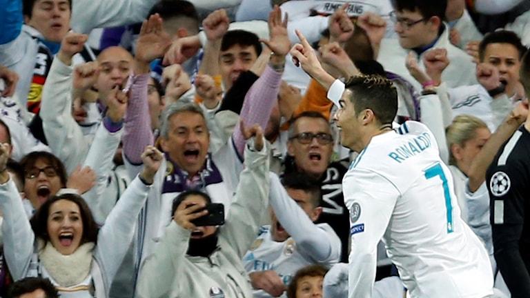 cristiano ronaldo firar mål för real madrid mot psg i åttondelsfinalen i champions league.