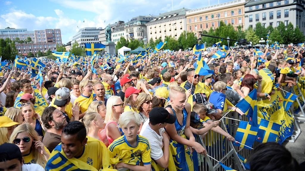 STOCKHOLM 2015-07-01  Fotbollsfans med svenska flaggor i Kungsträdgården under firandet av U21-landslaget som återvänt till Sverige efter att ha vunnit EM-finalen mot Portugal.  Foto: Vilhelm Stokstad / TT