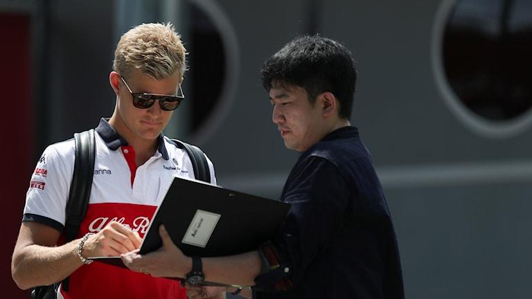2018 Formel 1-föraren Marcus Ericsson skriver autograf. Foto: Yong Teck Lim/TT