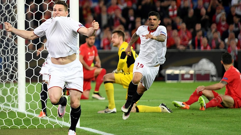 Sevillas Kevin Gameiro firar mål mot Liverpool