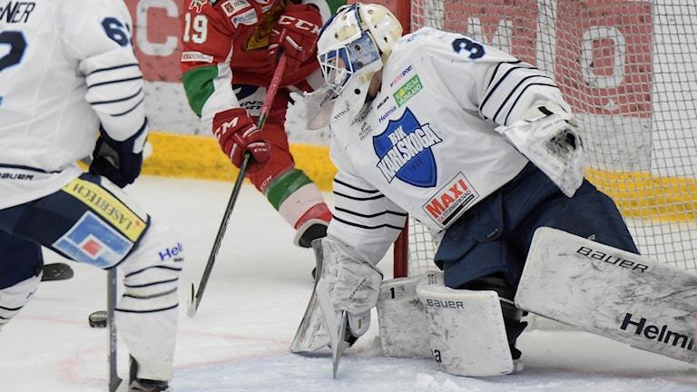 Karlskogas ishockeymålvakt Emil Kruse under en match.