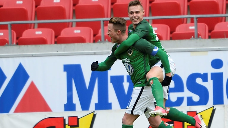 Tommy Thelin, med Örni Vilhjálmsson på ryggen