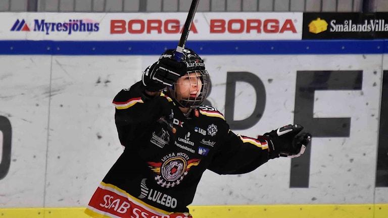 Luleå Hockey/MSSK:s Nathalie Ferno jublar.