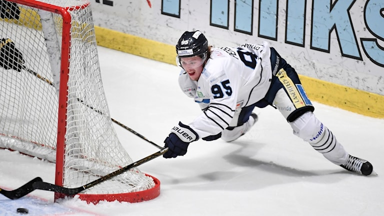 Karlskogas Carl Persson under hockeyallsvenska säsongen 2016/2017.