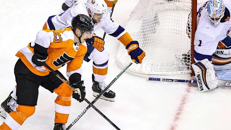 Oskar Lindblom attackerar Islanders mål.