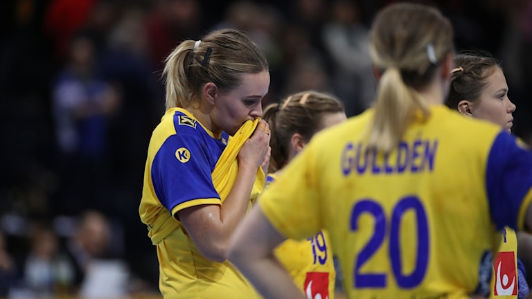 Sveriges Nathalie Hagman och Isabelle Gulldén besvikna efter uddamåls förlusten i fredagens VM-semifinal i handboll mellan Sverige och Frankrike i Barclaycard Arena i Hamburg.