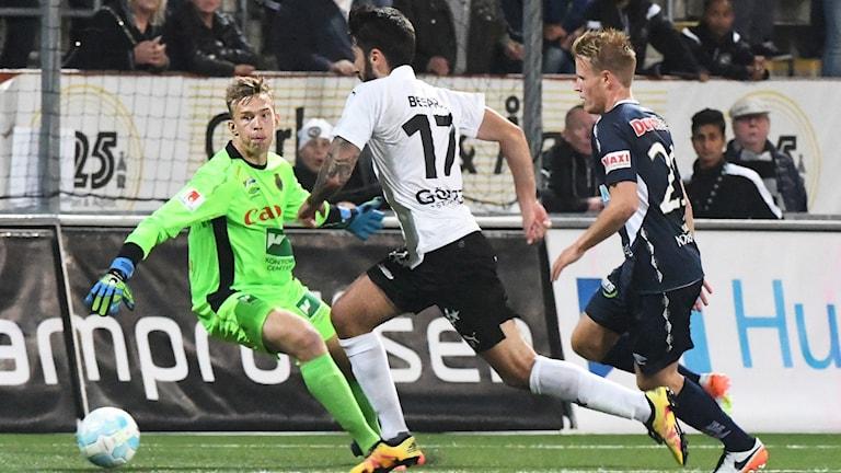 Örebros Nahir Besara framför Gefles målvakt Andreas Andersson under måndagens allsvenska fotbollsmatch mellan Örebro SK och Gefle IF FF på Behrn Arena i Örebro.