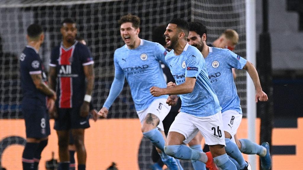 Manchester City-spelare jublar.