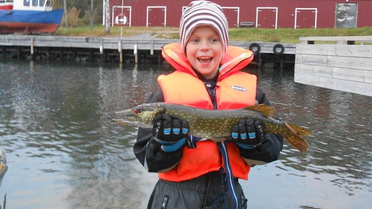 Adrian gillar dessutom att fiska.