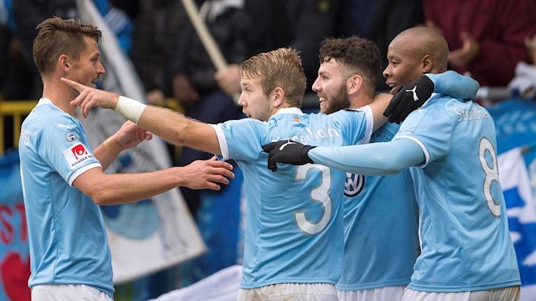 Markus Rosenberg firar segern tillsammans med lagkamraterna.