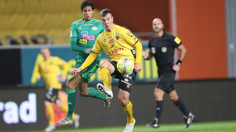 Dalkurds Ahmet Awad och Elfsborgs Simon Olsson under tisdagens fotbollsmatch i allsvenskan mellan IF Elfsborg och Dalkurd på Borås Arena.