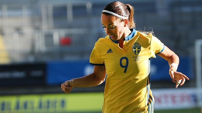 Sveriges Kosovare Asllani och Kroatiens Petra Pezel under torsdagens VM-kvalmatch (grupp 4) mellan Sverige och Kroatien på Gamla Ullevi.