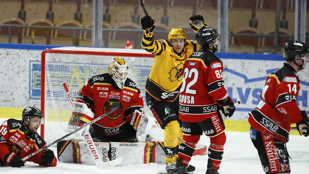 LULEÅ 20210419 Skellefteås Pär Lindholm har gjort  2-3 under måndagens ishockeymatch i SM-slutspelet i SHL semifinal 6 i bäst av 7 mellan Luleå och Skellefteå AIK i Coop Norrbotten Arena. Foto Pär Bäckström / TT