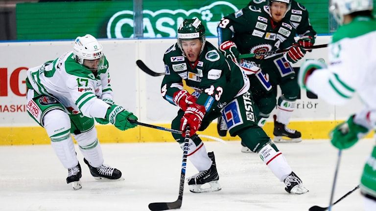 20171123 Rögles Taylor Matson och Frölundas Jesper Emanuelsson under torsdagens ishockeymatch i SHL mellan Frölunda HC och Rögle BK i Scandinavium. Foto: Thomas Johansson / TT