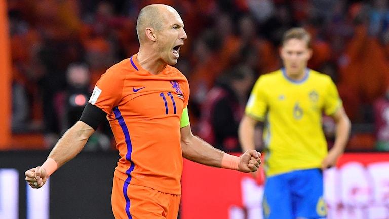 AMSTERDAM 20171010 Nederländernas Arjen Robben jublar efter sitt 2-0 mål under tisdagens VM-kvalmatch (grupp A) mellan Nederländerna och Sverige på Amsterdam Arena. Foto: Jonas Ekströmer / TT