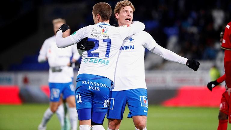 Norrköpings Alexander Fransson (th) kramas om av Simon Thern efter att ha kvitterat till 1-1 under söndagens fotbollsmatch i allsvenskan mellan IFK Norröping FK och Östersund på Östgötaporten.