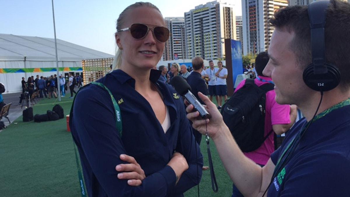 Sarah Sjöström pratar med Radiosportens Alexander Lundholm.