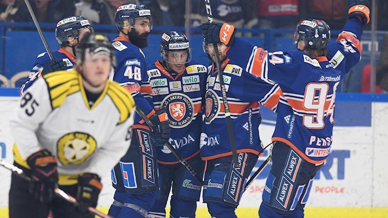 äxjös Andy Miele har gjort 1-0 under måndagens kvartsfinal 5 i bäst av 7 i SM-slutspelet i SHL mellan Växjö Lakers och Brynäs IF i Vida Arena.