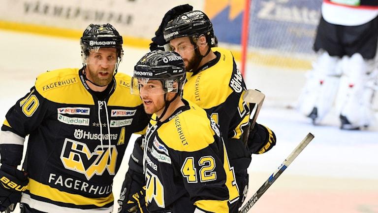 Erik Christensen klappas om efter att ha gjort 2-0 för HV71 mot Malmö i den tredje semifinalen.
