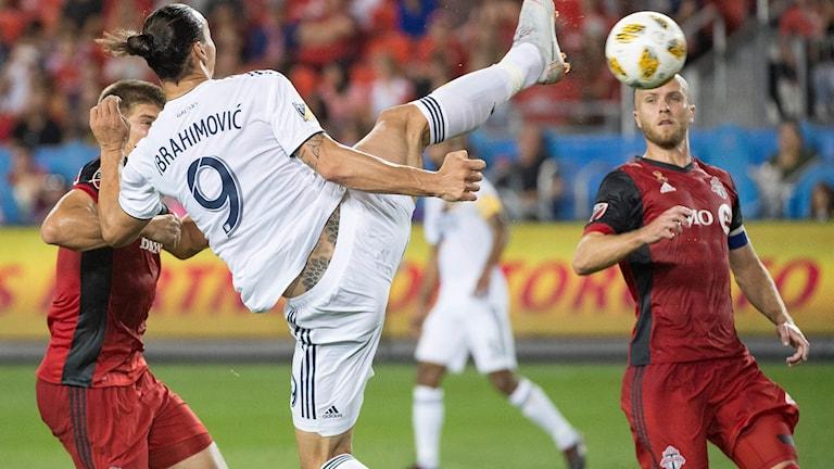 Zlatan klackar in ett mål.