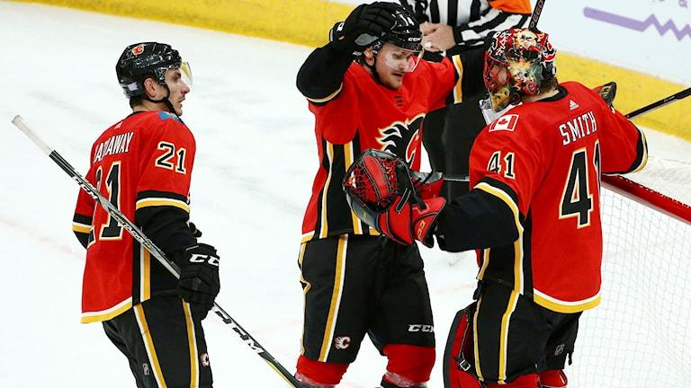 Rasmus Andersson (i mitten) gjorde i natt sitt första NHL-mål.
