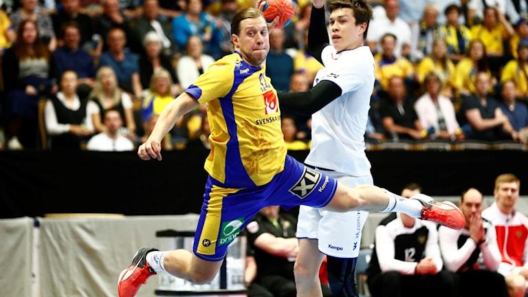 Sveriges Mattias Zachrisson gör mål under lördagens EM-kval i handboll mellan Sverige och Ryssland i Linköping