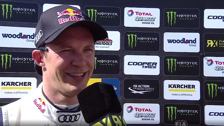 Mattias Ekström fick le efter sin seger i Barcelona.