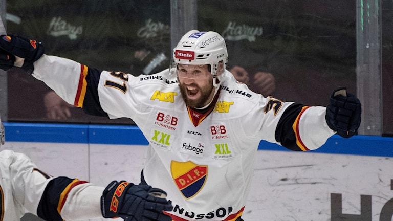 KARLSTAD 20190410 Djurgårdens Dick Axelsson (#31) jublar efter 1-2 under lördagens ishockeymatch i SHL semifinal 3 i bäst av 7 i SM-slutspelet mellan Färjestad BK och Djurgårdens IF i Löfbergs Arena. Foto: Tommy Pedersen / TT