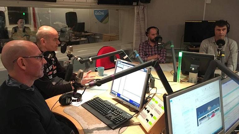 """Radiosportens expert Torgny Mogren, norska skidförbundets landslagskoordinator Ulf Morten Aune, förbundskapten Rikard Grip och landslagsläkare Per """"Pliggen"""" Andersson"""