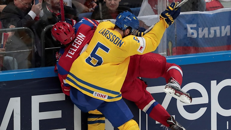 Adam Larsson tacklar ryske Ivan Telegin under VM 2016.