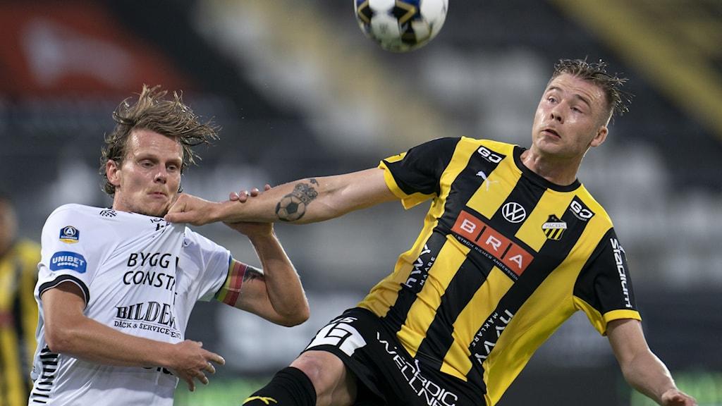 Häckens Alexander Söderlund och Sirius Tim Björkstrand i kamp om bollen.