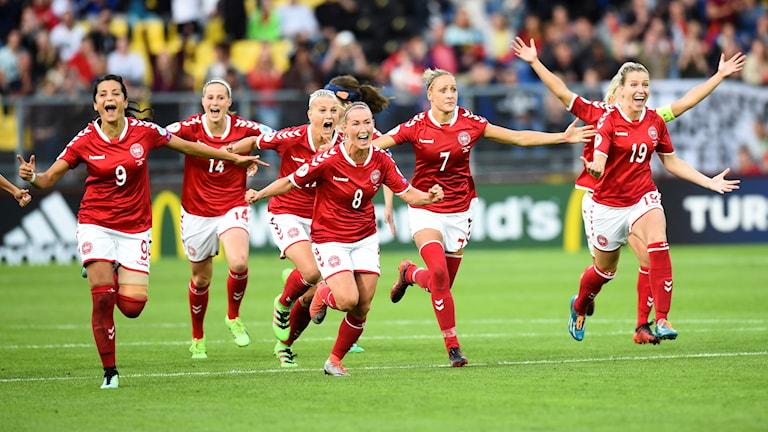 Danskorna firar finalplatsen i EM.