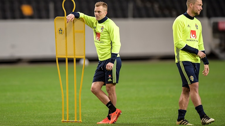 Sebastian Larsson, till vänster, är tillbaka i landslaget.