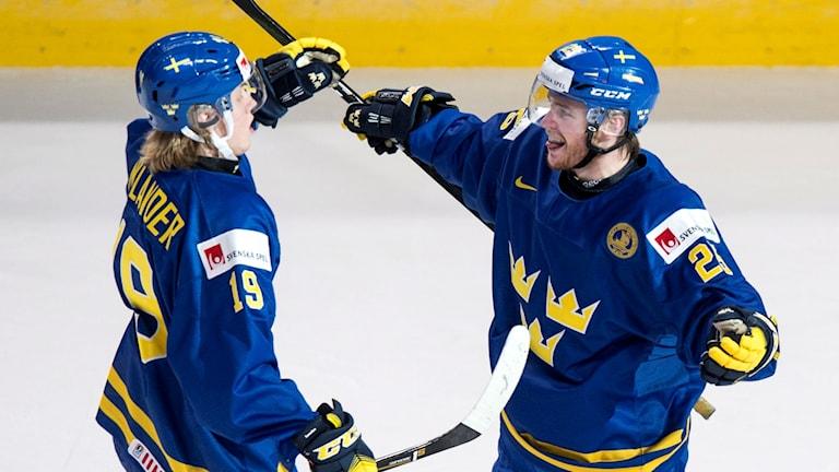 Två hockeyspelare i tre-kronor-mundering.