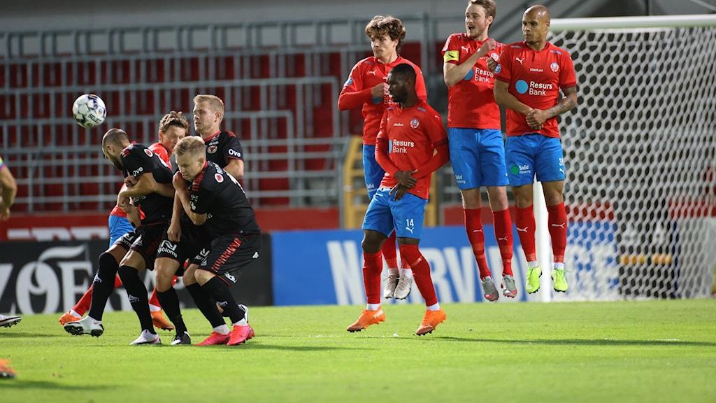 En frisparkssituation under onsdagens fotbollsmatch i allsvenskan mellan Helsingborgs IF och Kalmar FF.
