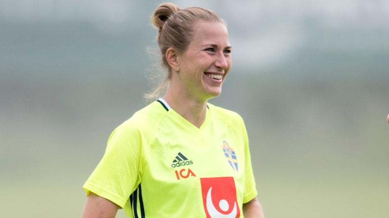Emma Berglund  under damlandslaget i fotbolls träningssesion i Göteborg inför EM
