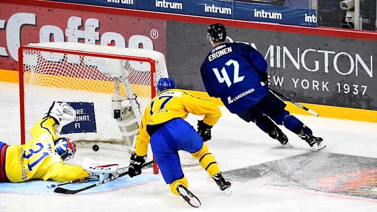 Finlands 2-0-mål. Matchen slutade till slut 3-0 till Finland.
