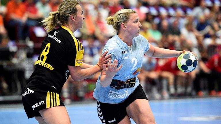 Arkivbild: MALMÖ 20170527 Sävehofs Elin Enhörning och Höörs Anna Johansson under lördagens SM-final i handboll mellan IK Sävehof och H65 Höör i Malmö Arena. Foto: Emil Langvad / TT