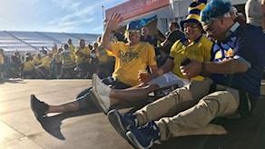 Många svenskar njuter i solen under hockey-VM.