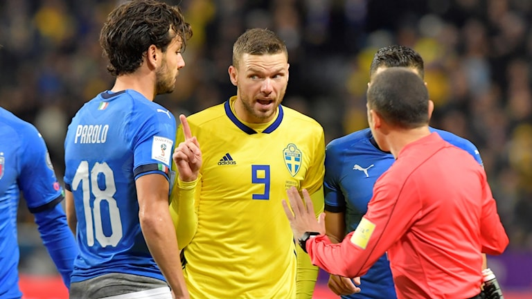 STOCKHOLM 20171110 Sveriges Marcus Berg får en varning i inledningen av fredagens VM-kvalmatch i fotboll mellan Sverige och Italien på Friends Arena. Foto: Anders Wiklund / TT
