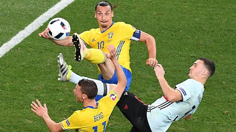 Zlatan stöter bollen i mål, men Berg ansågs spelat ojust i läget innan.