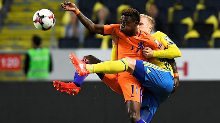 Hollands Quincy Promes och Sveriges Oscar Wendt i VM-kvalmatchen Sverige-Nederländerna.