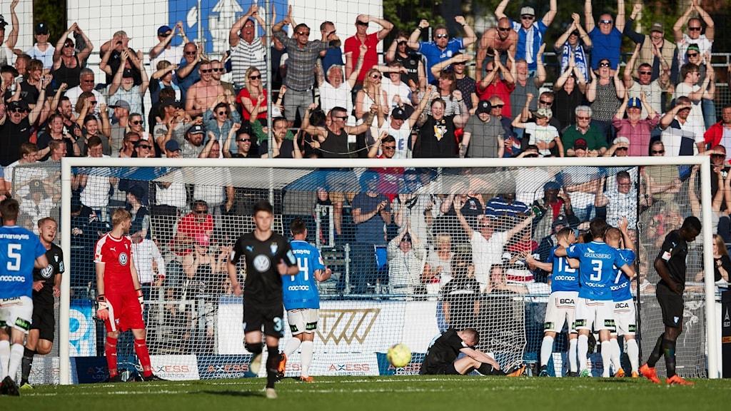 Trelleborgsspelarna firar mot Malmö. Foto: Andreas Hillergren/TT