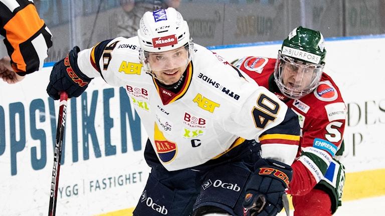Frölundas Chay Genoway jagar Djurgårdens Jacob Josefsson.