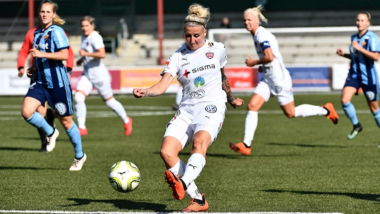 Rosengårds Anja Mittag har bra chans under lördagens damallsvenska fotbollsmatch mellan FC Rosengård och Djurgårdens IF på Malmö IP.