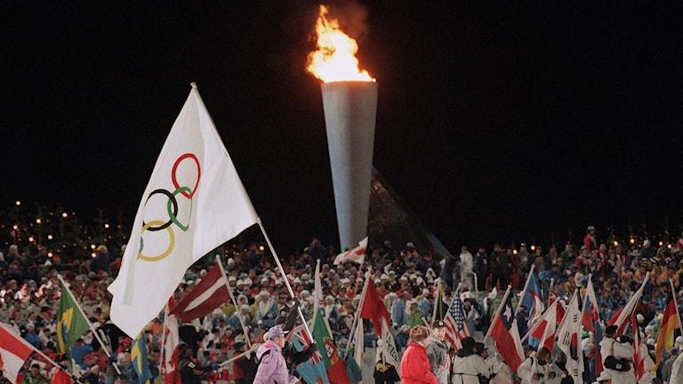 ARKIV 1994 Olympiska elden och flaggan i Lillehammer. Foto: Amy Sancetta/TT